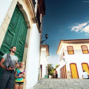 на фоне красивых старинных дверей в историческом центре в парати в бразилии