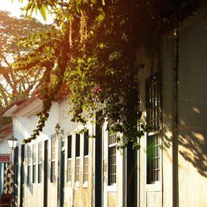 улица парати в закатном солнце в бразилии