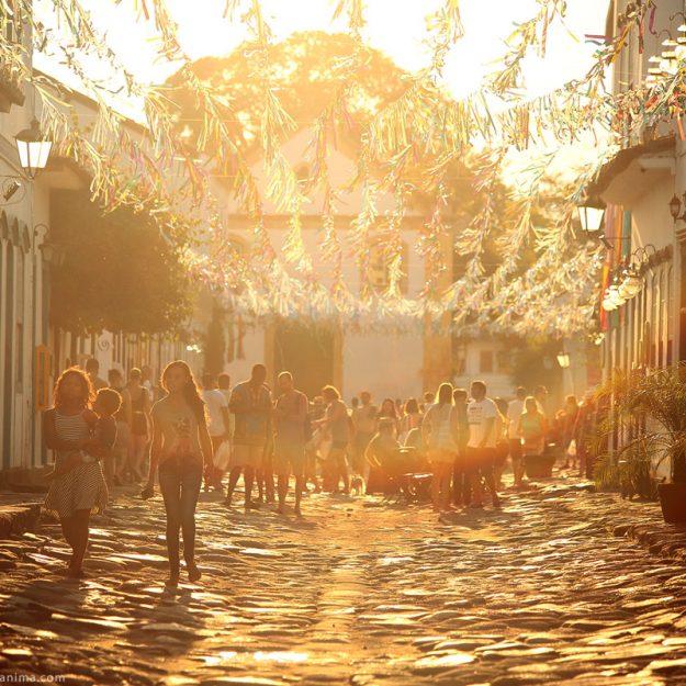 карнавал в парати в лучах закатного солнца в бразилии