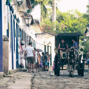 кареты с лошадьми в парати в бразилии
